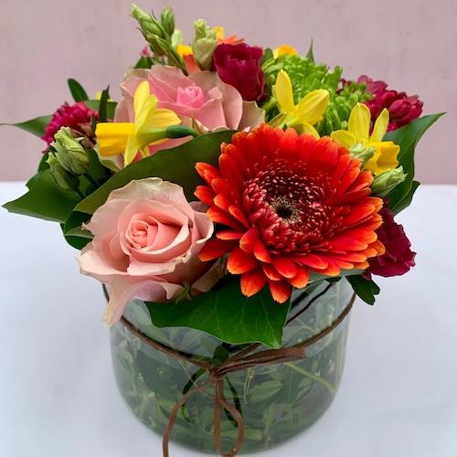 bloemen in cilindervaas bloembinderij mulder gooi